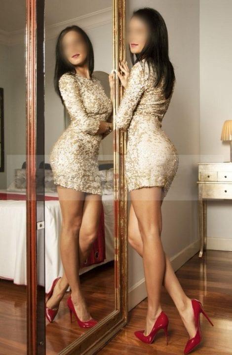 escort de lujo delante del espejo