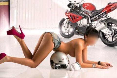 escort española con su moto